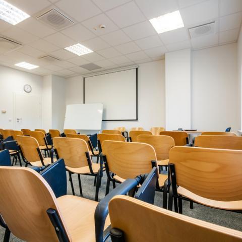Nowe wnętrza Wyższej Szkoły Inżynierii i Zdrowia w Warszawie - sala wykładowa